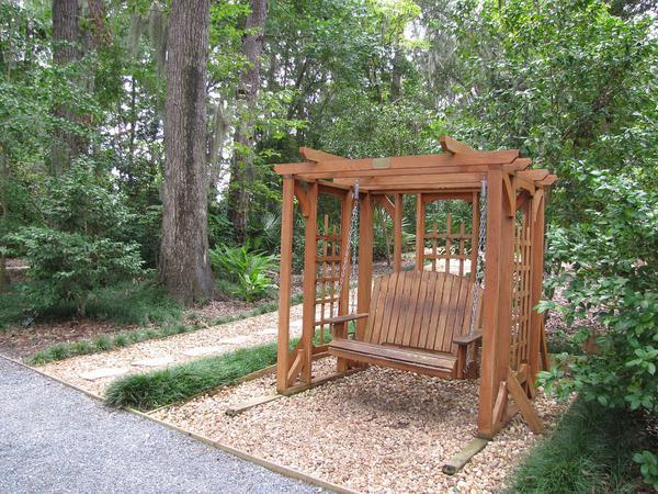Po co w ogrodzie jednoosobowa huśtawka?