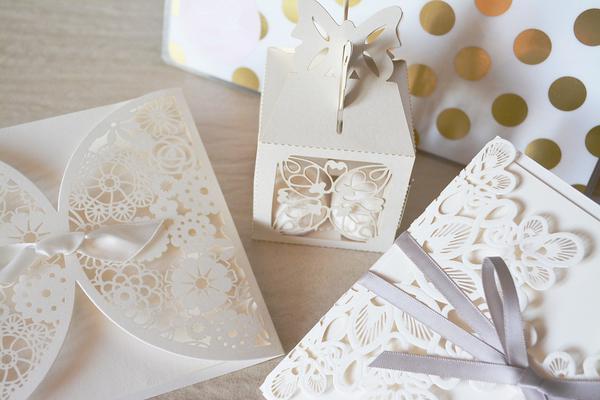 Eleganckie ażurowe zaproszenia na ślub