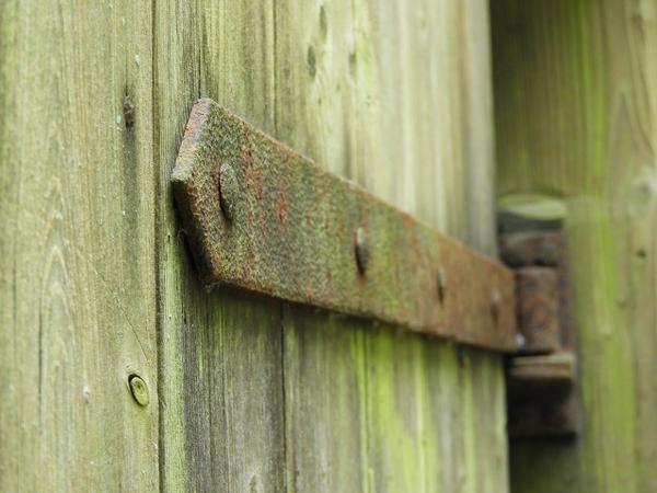 Z czego zrobione są zawiasy do bramy?
